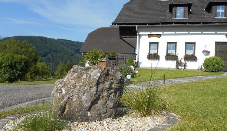 Steinbesonderheiten vor dem Haus (© Ferienwohnung Burgi)