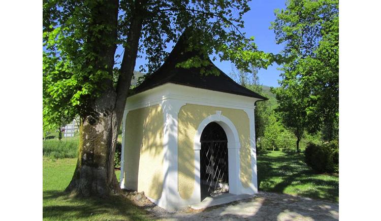 Blick auf eine kleine Kapelle, seitlich Bäume. (© Tourismusverband MondSeeLand)