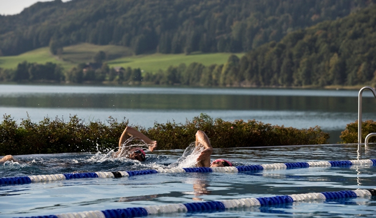 in the outdoor pool of the Fuschlseebad. (© Jakob Schmidlechner GmbH & Co. KG)