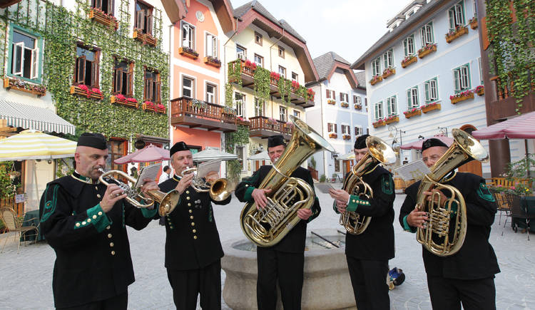 Das Quintett der Salinenmusikkapelle Hallstatt spielt beim Oktoberfest groß auf.