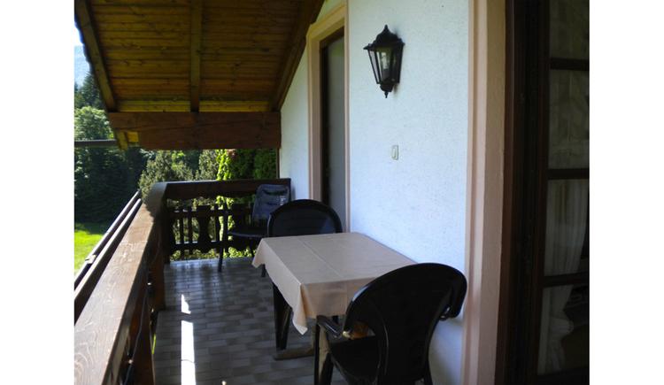 Blick auf den Balkon mit Tisch und Stühle