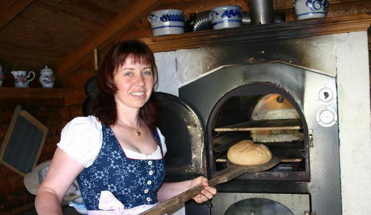 Making bread with farm´s wife Brigitta Klaushofer (© Oberhinteregghof Faistenau)