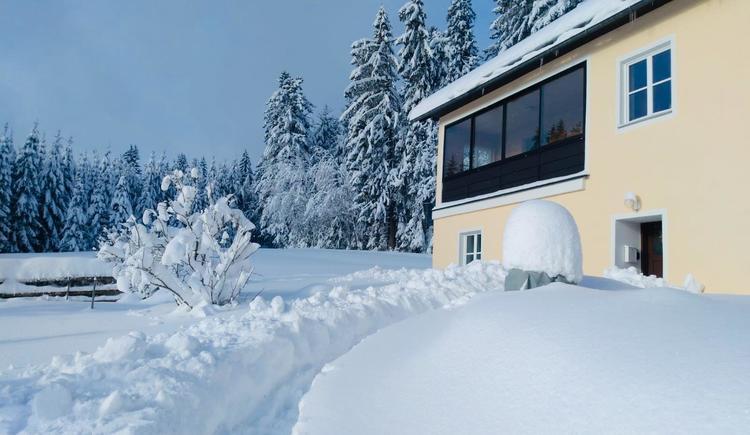 Zugang zum Haus im Winter (© Privat)