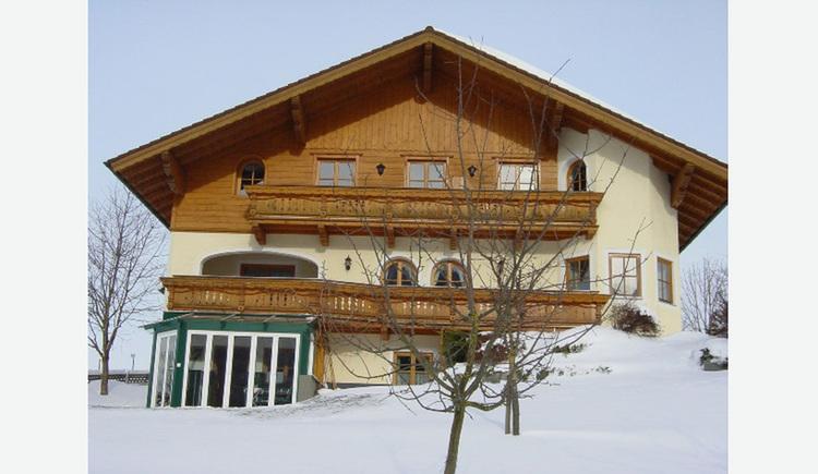 Winterlandschaft, im Hintergrund das Haus