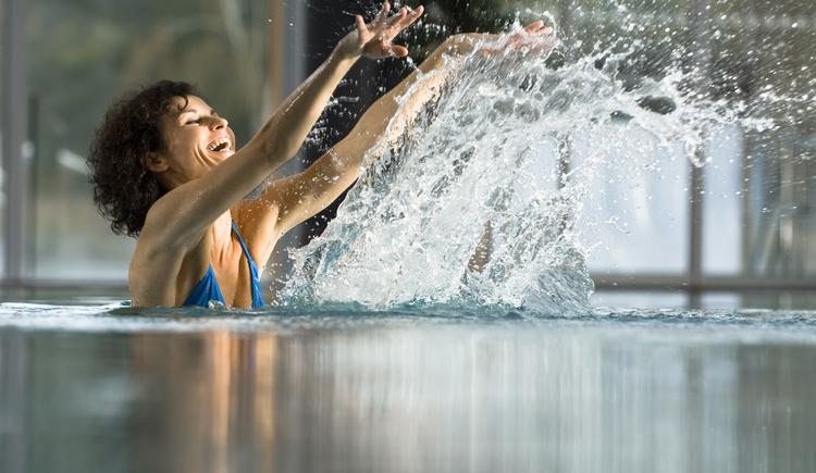 Frau in der Wasseroase im Hotel Lebensquell