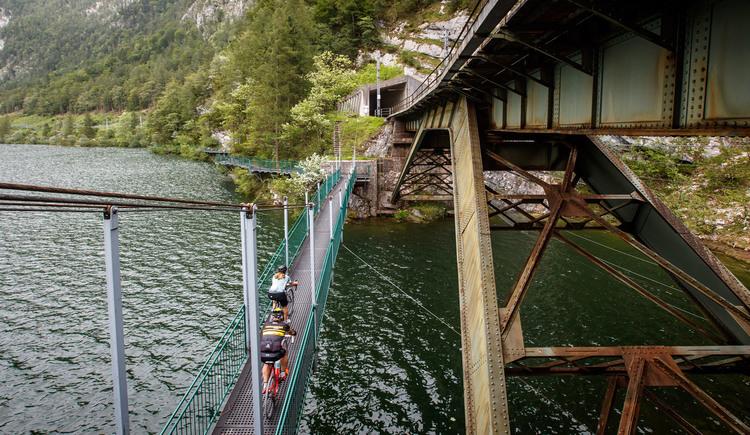 Die tiefste Stelle des Hallstättersees überquert man auf der Hängebrücke mit dem Gravel Bike. (© Erwin Haiden bikeboard.at)