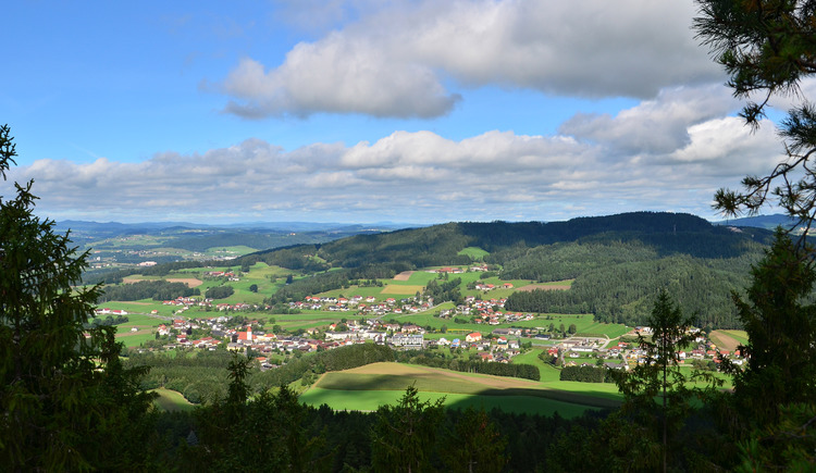 Von der Aussitchtsplattform Hoh-Haus Buchberg auf die Gemeinde Lasberg. (© Obmann Tourismuskern Lasberg Josef Wittinghofer)