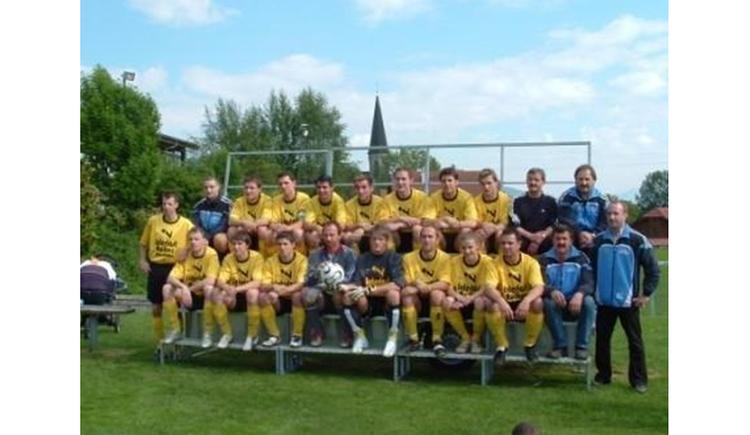Blick auf die Fußballmannschaft, Personen sitzen. (© Tourismusverband MondSeeLand)