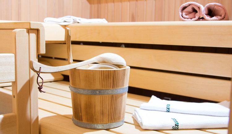 Sauna - mit Bänker, Saunakübel, Handtücher