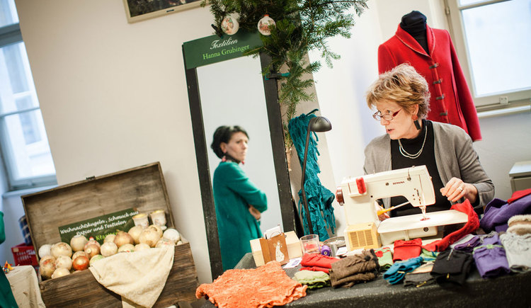 Vielfältige Aussteller am Handwerksmarkt (© Weinberger Schloss Advent/Hörbst)