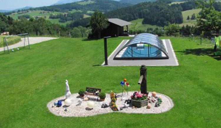Pool im Garten, Bauernhof Emeder, Straß im Attergau, Salzkammergut.