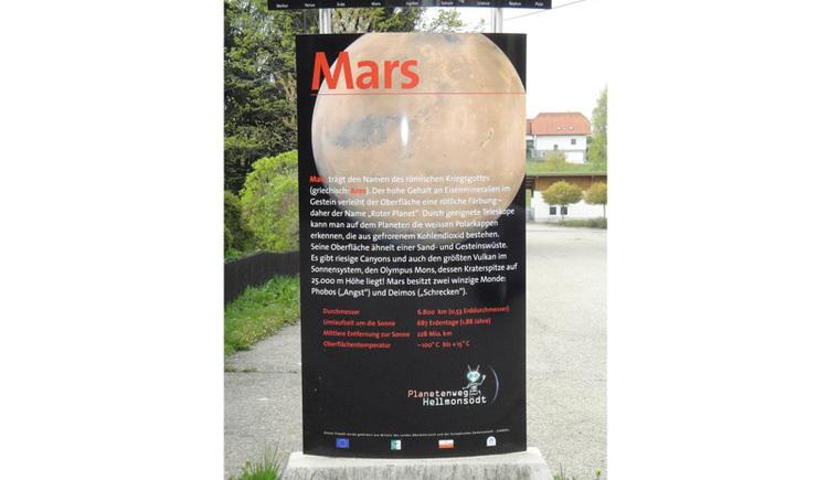 Entfernung von der Sonne: 207 bis 250 Millionen km Durchmesser: 6.794 km Anzahl der Monde: 2 Umlaufzeit um die Sonne: 1 Jahr 321 Tage Rotationszeit: 24 Stunden 37 min Der Mars trägt den Namen des römischen Kriegsgottes, in der griechischen Mythologie hieß er Ares. Obwohl unser äußerer Nachbarplanet nur etwa halb so groß ist wie die Erde, ist er ihr in vielem ähnlich: ein Marstag ist ähnlich lang wie ein Erdentag, es gibt Jahreszeiten, die etwa ein halbes Jahr dauern, er besitzt Polkappen und eine (zwar dünne und zu 95% aus Kohlendioxid bestehende) Atmosphäre. Auch die Temperaturen an seiner Oberfläche sind mit denen auf der Erde annähernd vergleichbar: +5°C im Marssommer am Äquator und bis zu -90°C in der winterlichen Marsnacht. Seine Oberfläche erscheint im Fernrohr aufgrund von Eisenoxid-Verbindungen (?Rost?) rötlich (?roter Planet?). Mars weist weite Ebenen und hohe Berge auf, von denen der höchste (Olympus Mons) ein Schildvulkan mit 24 km Höhe und 600 km Basisdurchmesser ist. Mars wird von den 2 winzigen Monden Phobos (Furcht) und Deimos (Schrecken) umkreist. Die Geschichte der Fernerkundung des Planeten durch Raumsonden geht bis zum Anfang der 60¬er Jahre zurück (amerikanische ?Mariner?-und ?Viking?-Sonden, sowjetische ?Mars?-Sonden). Gegen Ende des zwanzigsten Jahrhunderts erfolgten dann die ersten erfolgreichen Umrundungen und später auch die ersten Landungen auf dem roten Planeten mit Sonden, von denen folgende Missionen besonders erwähnenswert sind: Pathfinder/Rover, Global Surveyor, Odyssey, Express/Beagle 2, Spirit, Opportunity, Renaissance Orbiter, Phoenix. Kleine Körper im Sonnensystem Planetoiden (Kleinplaneten) Außer den 8 grossen Planeten umkreisen noch Tausende kleinere Himmelskörper (auch ?Asteroiden? genannt) die Sonne, die meisten davon zwischen Mars und Jupiter. Die vier größten und hellsten (Ceres, Vesta, Pallas, Juno) haben Durchmesser von mehreren Hundert Kilometer und sind sogar mit einem Feldstecher sichtbar. Meteorite Dringen Kleinkörper i