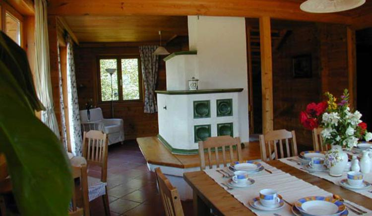 Rustikal eingerichtet mit gemütlichem Esstisch und wärmenden Kachelofen. (© Rehn)