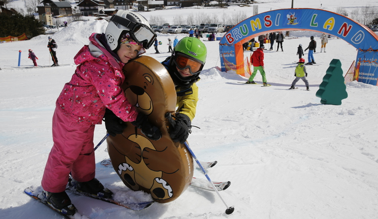 Children learn their first skiing experiences in Zwisi- and Brumsiland. (© Skiregion Dachstein West/H. Raffalt)