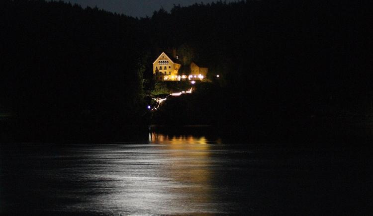 Faustschlössel bei Vollmond mit Donau im Vordergrund
