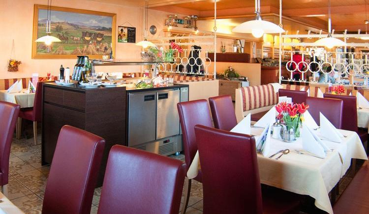 Gastzimmer mit Salatbuffet
