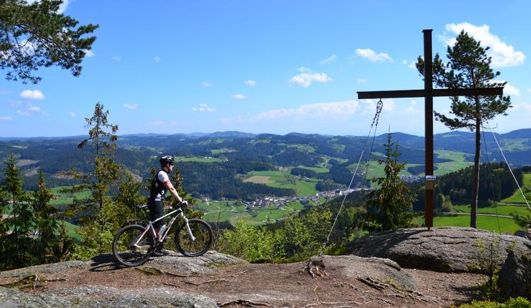Tour de Alm - Gipfelkreuz Königswiesen. (© Karlingerhaus)
