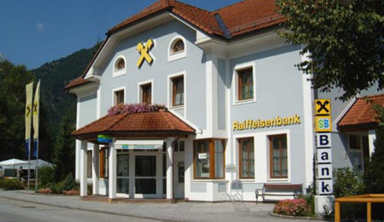 Raiffeisenbank im Sommer