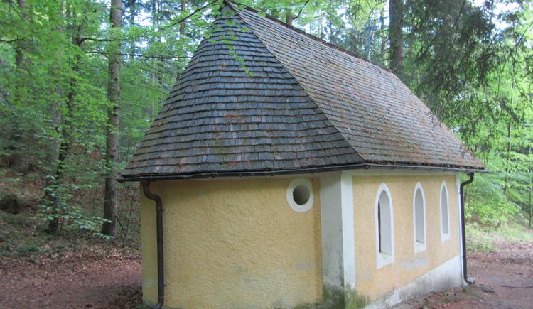 Rückansicht einer kleinen Kapelle im Wald