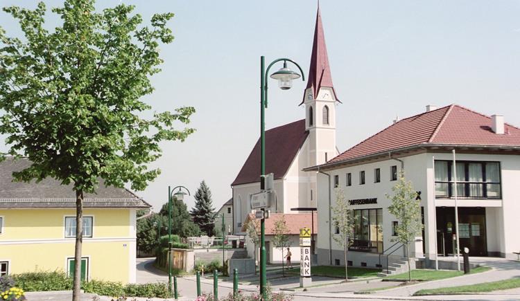 Holzhausen Ortsansicht mit Kirche. (© TTG Tourismus Technologie)