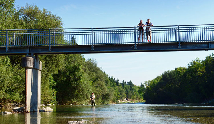 Genuss am Almfluss - 52 Km Almuferweg vom Almspitz zum AlmseeSteg bei Bad Wimsbach-Neydharting. (© Tourismusverband Almtal-Salzkammergut, Foto Röbl)