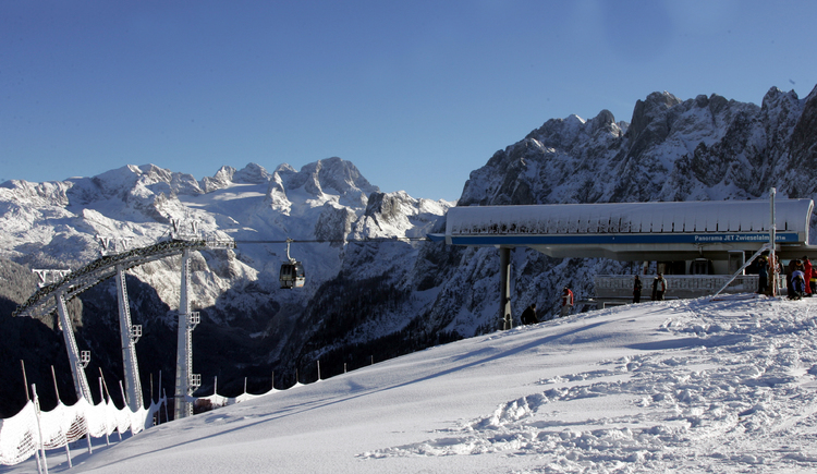 Godel floats in front mountain Dachstein to the station. (© Seilbahnholding)