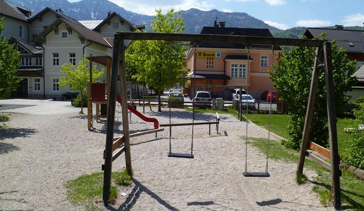 Spielplatz mit Schaukel und Rutsche hinter der Volksschule in Bad Goisern. (© FR Dachstein Salzkammergut / Lisa Eckel)