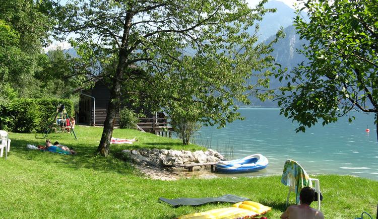 Der hauseigene Badeplatz am nahen Mondsee l\u00e4sst keine W\u00fcnsche offen. (© Familie Schindlauer-Blümelhuber)
