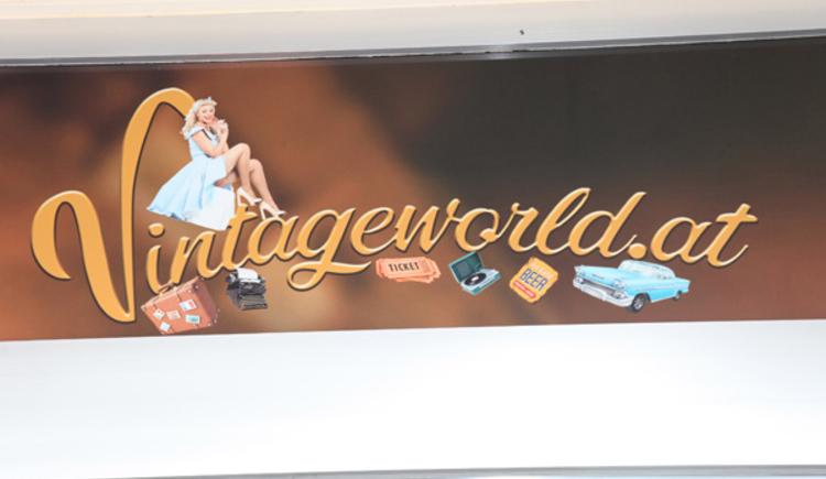 Eingangsschild bei Vintageworld in Perg, Oberösterreich