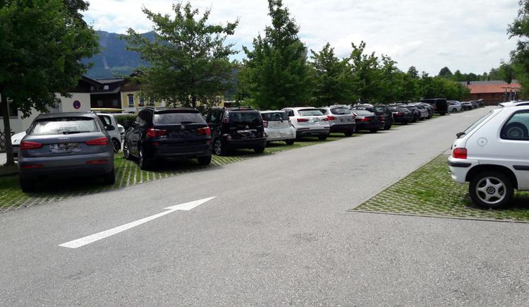 Blick auf den Parkplatz, parkende Autos