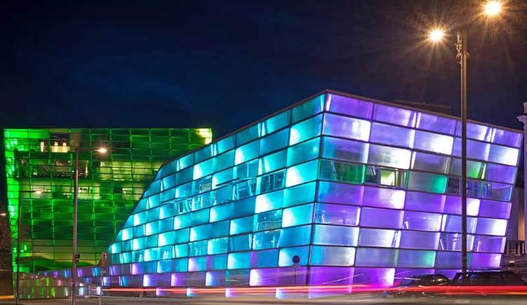 Ars Electronica Center bei Nacht in Linz (© Ars Electronica Center/Robert Bauernhansl)