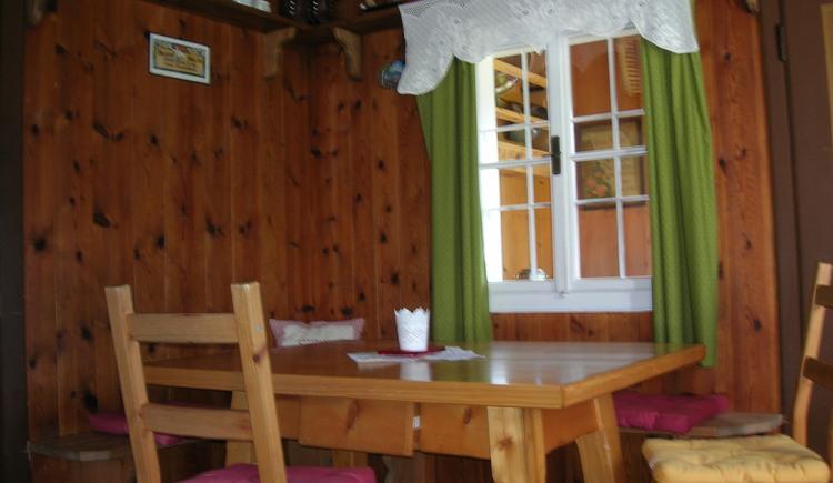 Mit viel Holz und Liebe zum Detail eingerichtete Küche mit Eckbank
