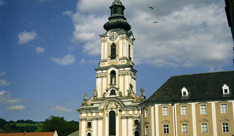 Die Kirche im Rokokostil ist heute der bedeutendste Kirchenraum des 17. Jahrhunderts. Der blumenreiche Stiftspark ist öffentlich zugänglich.