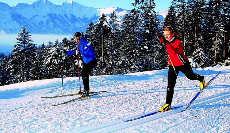 Surrounded by the enchanting mountains while cross-country skiing in Bad Goisern am Hallstättersee. (© Ferienregion Dachstein Salzkammergut)