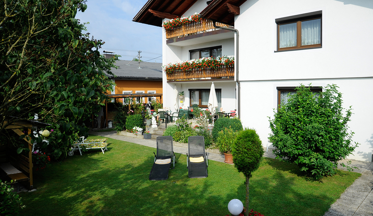 Haus Stuttgart in Obernberg am Inn - Außenansicht Haus mit Garten