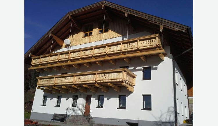 Blick auf das Haus mit Holzbalkon