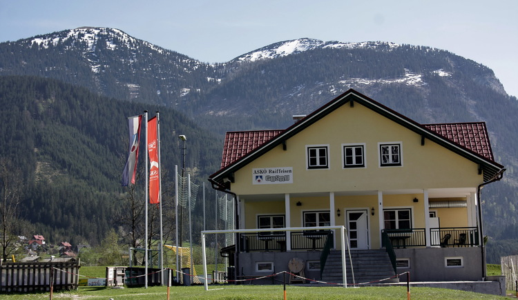 The Gosau Sports Center has two tennis courts, a football field, a football training ground, a 3-floor canine, a basketball court, a beach volleyball court and a children's playground. (© Elisabeth Grill)