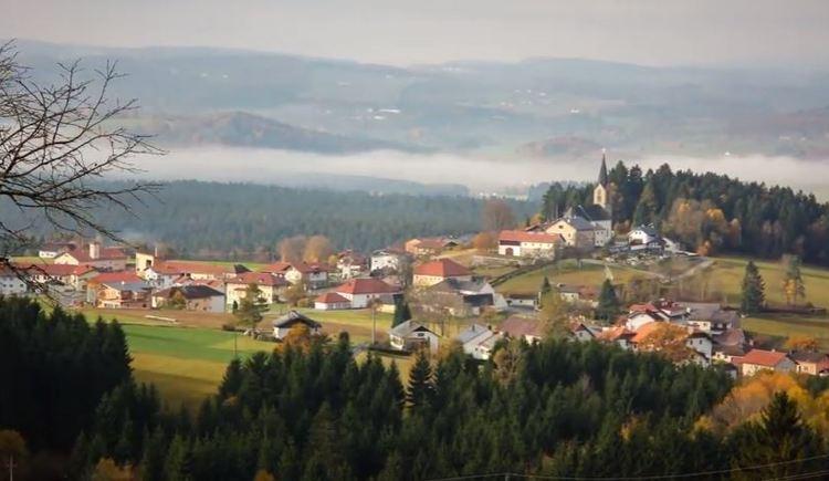 Traumhafte Ausblick von Oberschwarzenberg über die hügelige Landschaft der Ferienregion Böhmerwald und des Mühlviertels.