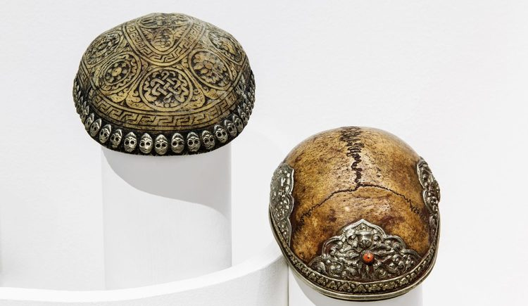 Verzierte Schädelkalotten, Utensilien tibetischer Schamanen