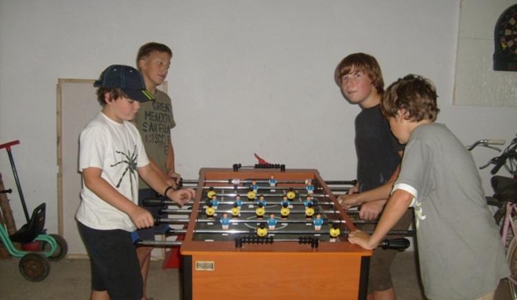 Jugend beim Tischfußball