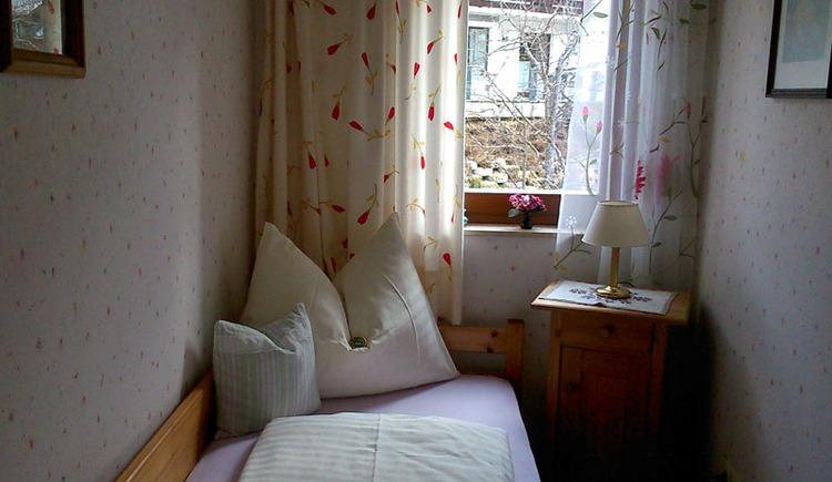 Separates Schlafzimmer mit Einzelbett der Ferienwohnung Bergblick.