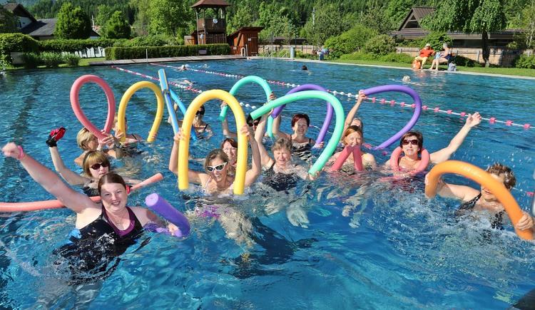Tolles Gruppenbild mit den Aquajoggern mit bunten Schwimmnudeln im Wasser