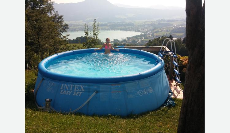 Kind steht im Pool