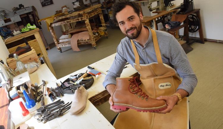 Der Goiserer Schuster hält einen Goiserer Schuh. (© OÖN/ Brandner)