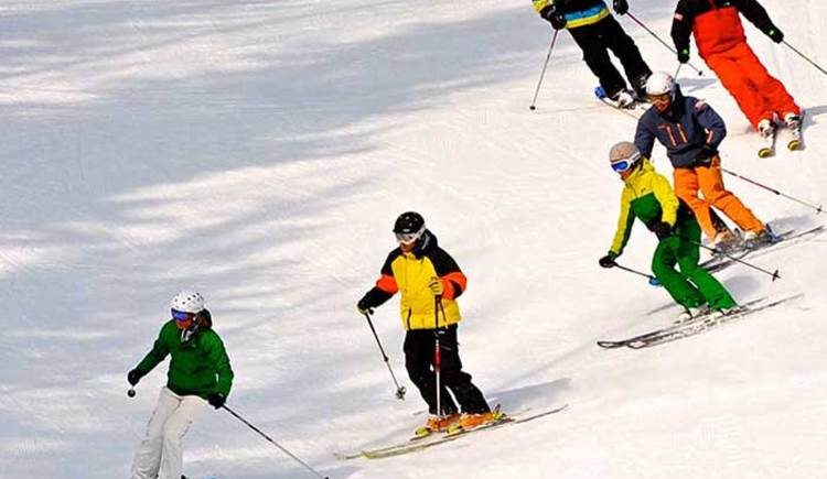 The Skischule-Dachstein offers courses for beginners and advanced. (© Putz Heli)