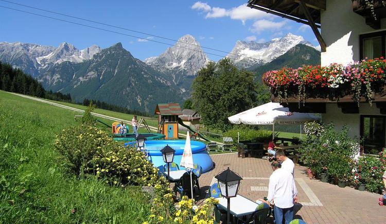 gemütliche Terrasse auf der Sonnenseite (© Berghof Sturmgut)