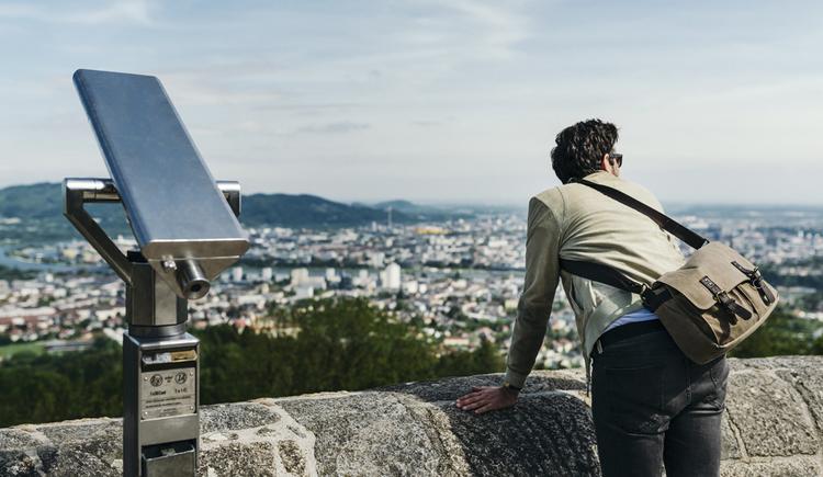Blick von der Aussichtsplattform am Pöstlingberg auf die Stadt Linz hinunter