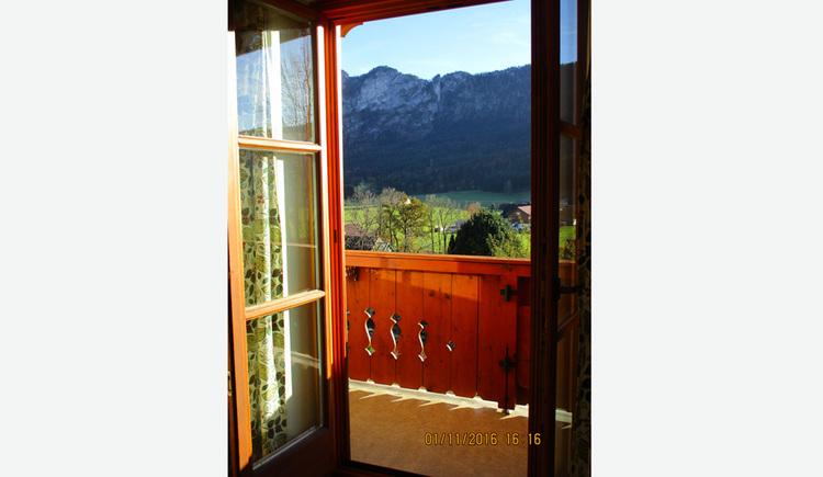 Blick durch die offene Balkontür auf den Balkon - Landschaft, Berge