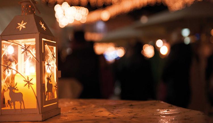 Laterne mit einer brennenden Kerze
