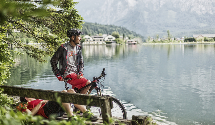 Leisurely cycling and hiking along Lake Hallstatt in the World Heritage region. (© © Andreas Meyer)
